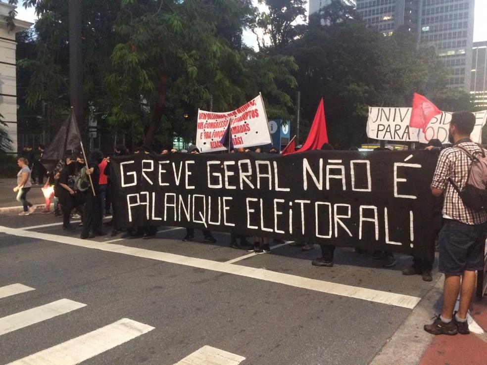 SÃO PAULO, 17:41: Faixas contra partidos políticos são erguidas por manifestantes na Avenida Paulista nesta sexta (14) — Foto: Glauco Araújo/G1