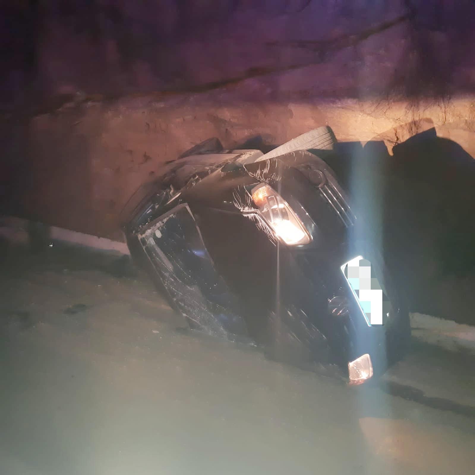Motorista fica ferido após perder controle de veículo e capotar em Taquaritinga do Norte