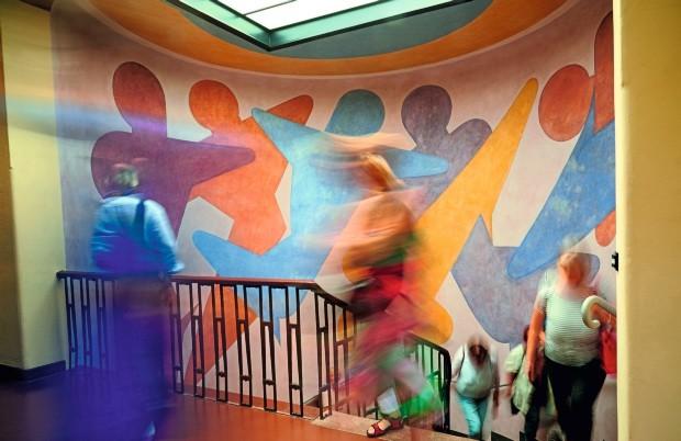 Mural A obra de arte colorida que decora a sede em Weimar foi criada pelo mestre Oskar Schlemmer (Foto: Samuel Zuder / Thüringer Tourismus GmbH / Divulgação)