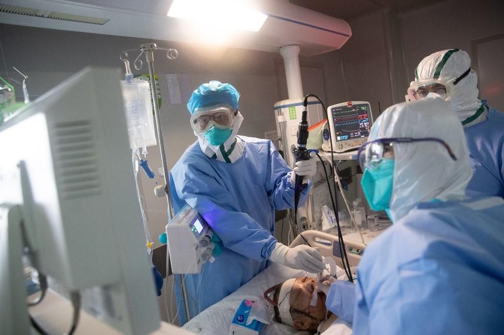 Equipe médica atende paciente com coronavírus em Wuhan,  — Foto: Stringer/AFP