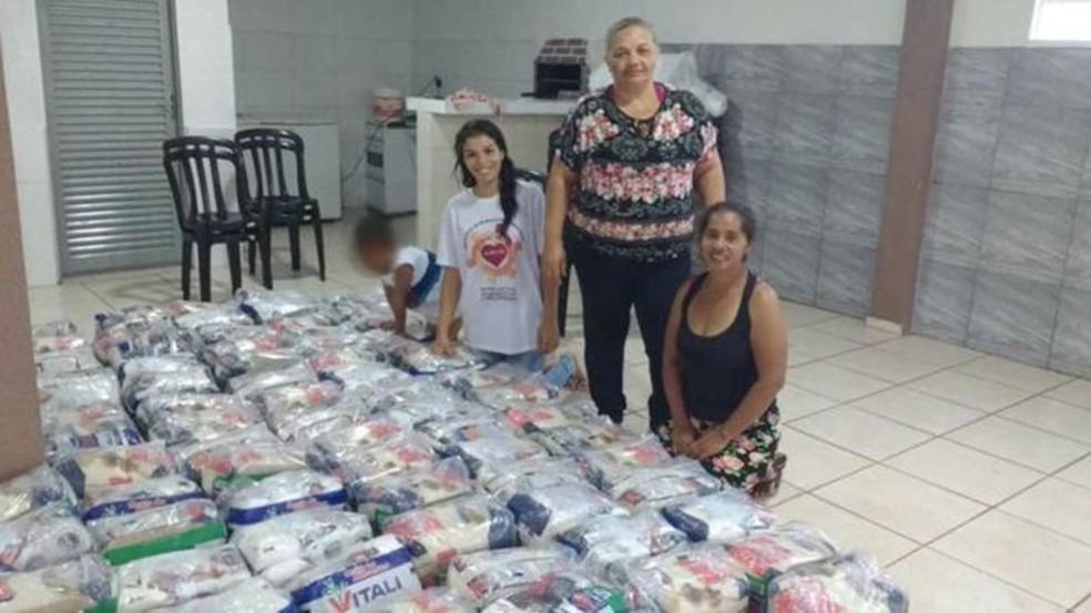 """""""No final da tarde elas me pedem, 'tia, tem um pãozinho aí para mim?' Se chega pão de doação, acaba tudo em um minuto"""", conta Maria Aparecida de Souza (de pé), líder comunitária no bairro. — Foto: Arquivo pessoal"""
