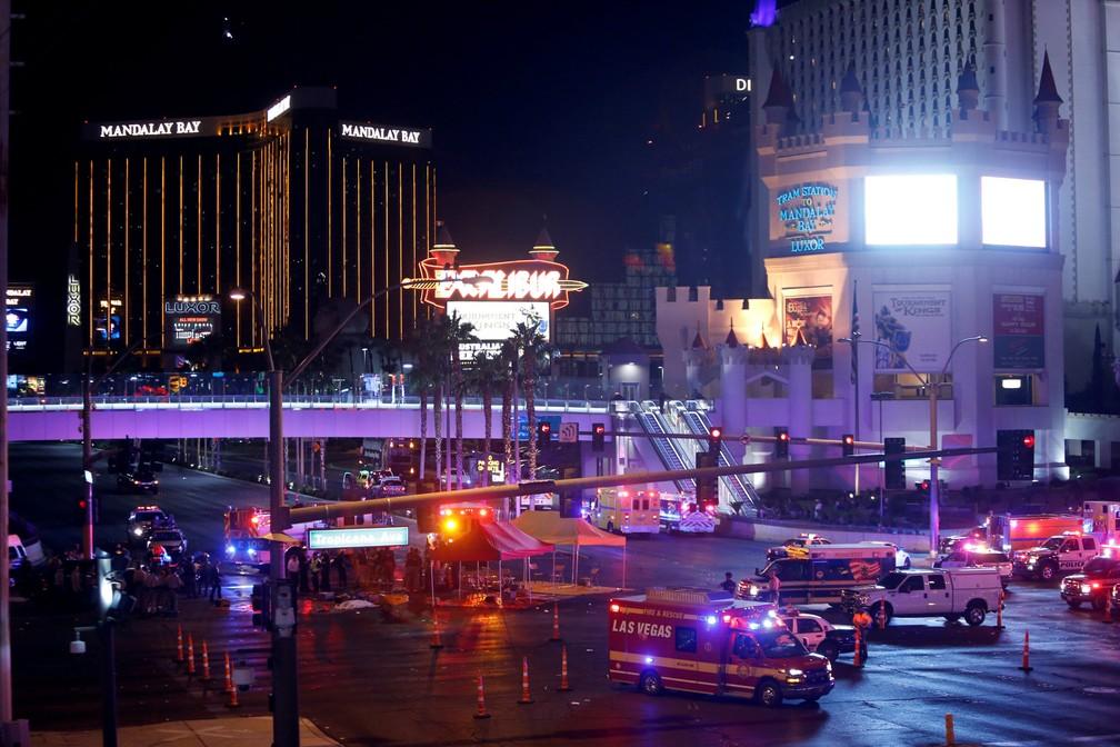 Policiais e equipes de resgate trabalham no cruzamento da avenida Tropicana com a rua Las Vegas Boulevard Sul após um atirador disparar contra pessoas em um festival de música em Las Vegas, nos EUA (Foto: Steve Marcus/Las Vegas Sun/Reuters)