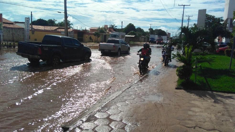 Ruas ficaram alagada após a chuvas que caíram em Parnaíba (Foto: Carlos Rocha/G1)