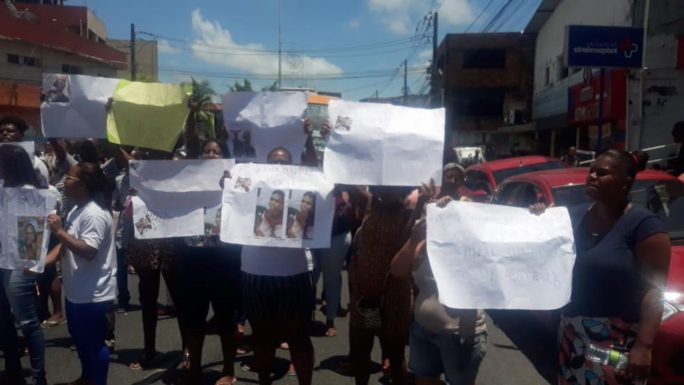 Enterro aconteceu no Cemitério Municipal de Plataforma. Manifestação ocorre na Avenida Suburbana e deixa trânsito lento sentido Calçada.  — Foto: Andrea Silva / TV Bahia