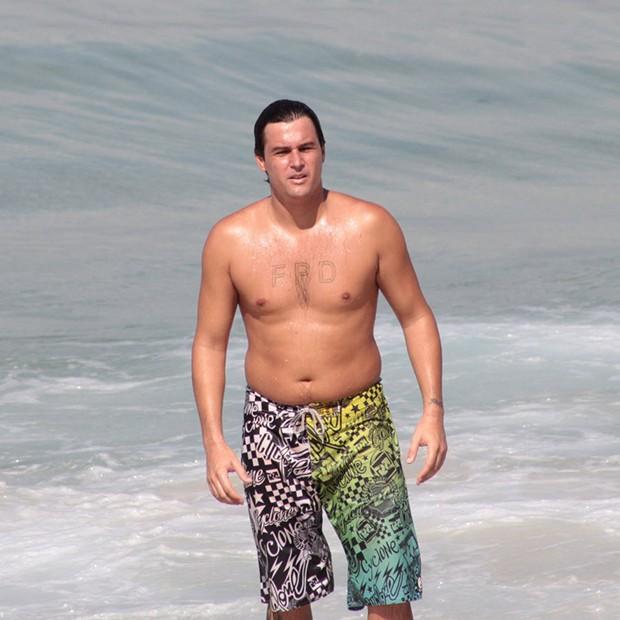 Felipe Dylon na praia de Ipanema (RJ) (Foto: AgNews)