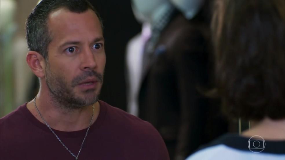 Apolo (Malvino Salvador) pede perdão a Adriana (Isabel Wilker) - 'Haja Coração' — Foto: Globo