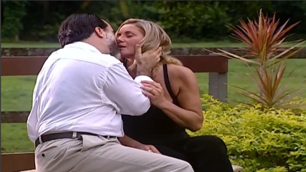 Helena (Vera Fischer) e Miguel (Tony Ramos) se beijam durante um passeio ao haras, em 'Laços de Família' — Foto: TV Globo