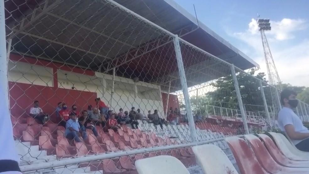 Público assiste a jogo na Arena Ytacoatiara, em Piripiri  — Foto: Reprodução