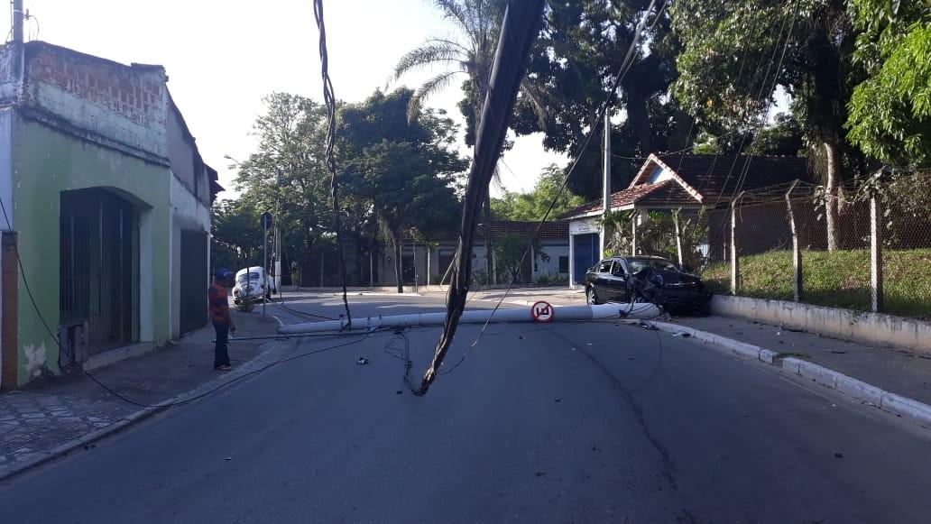 Motorista perde direção e derruba poste de luz em Caçapava - Radio Evangelho Gospel