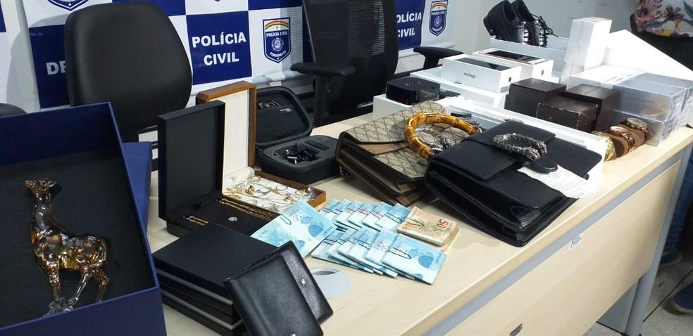 Polícia Civil apreendeu dinheiro e itens de luxo em casa de ex-diretor de hospital — Foto: Edésio Lemos/Polícia Civil/Divulgação