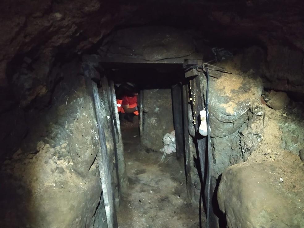 Túnel de pelo menos 40 metros é descoberto próximo a área de bancos em Poços de Caldas — Foto: G1 EPTV