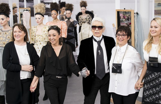 Karl Lagerfeld e as costureiras do ateliê da Chanel no desfile de inverno 2016 de alta-costura da grife. (Foto: Imaxtree)