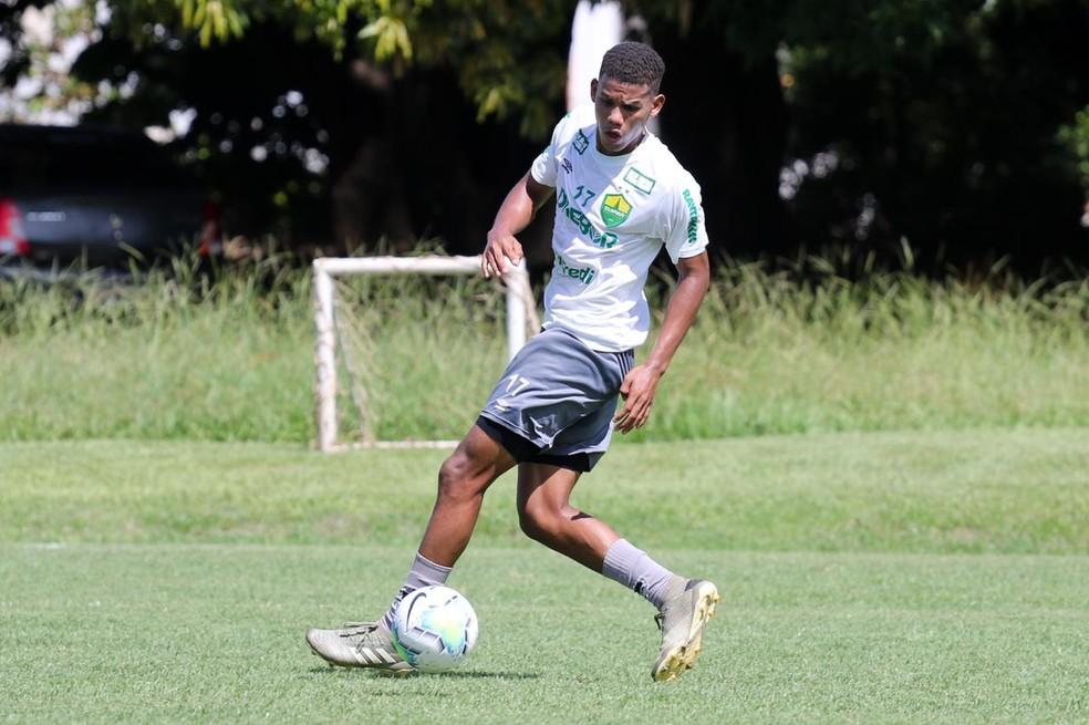 Vitor Hugo treina com os profissionais neste começo de temporada — Foto: AssCom Dourado