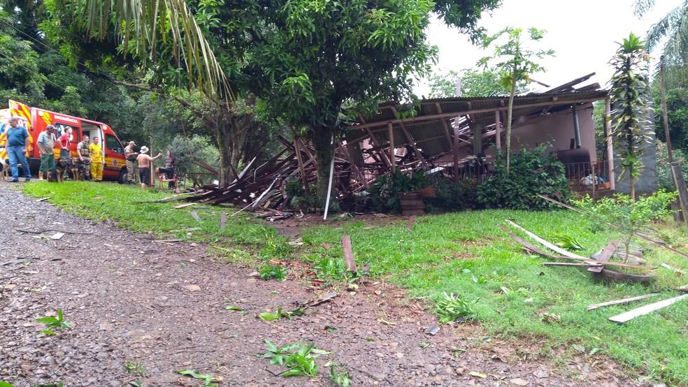 Bombeiros socorreram idosa após telhado de residência desabar  (Foto: Bombeiros/Divulgação )
