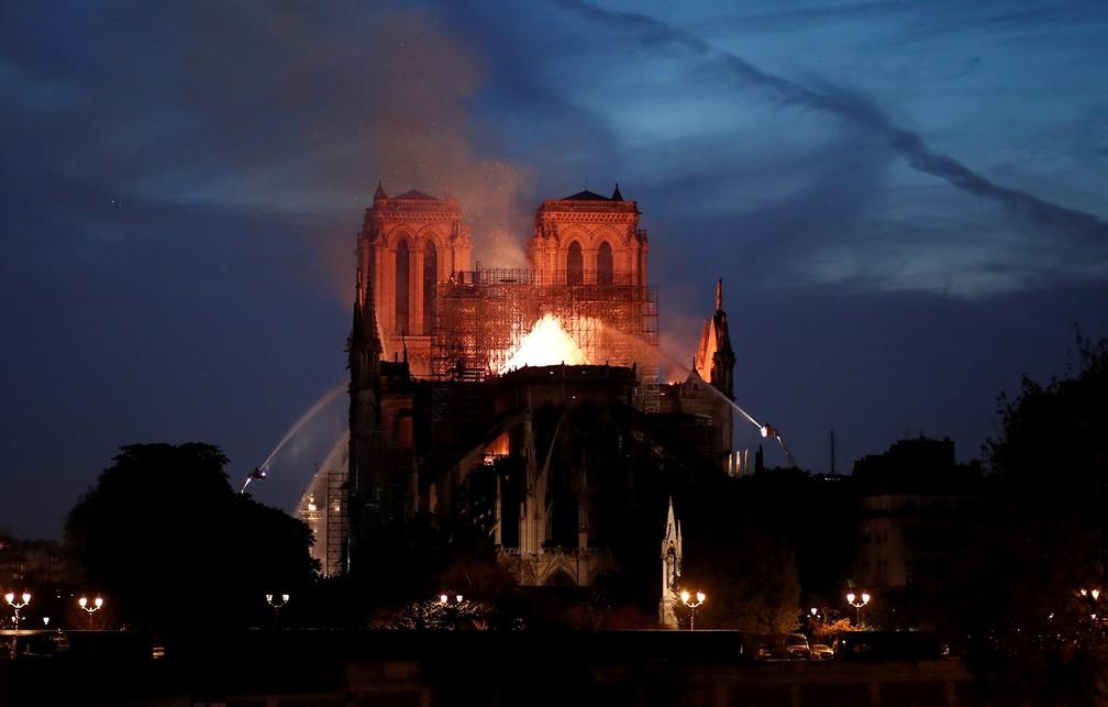 Combate ao incêndio na Catedral de Notre-Dame adentra a noite em Paris — Foto: Benoit Tessier/AFP