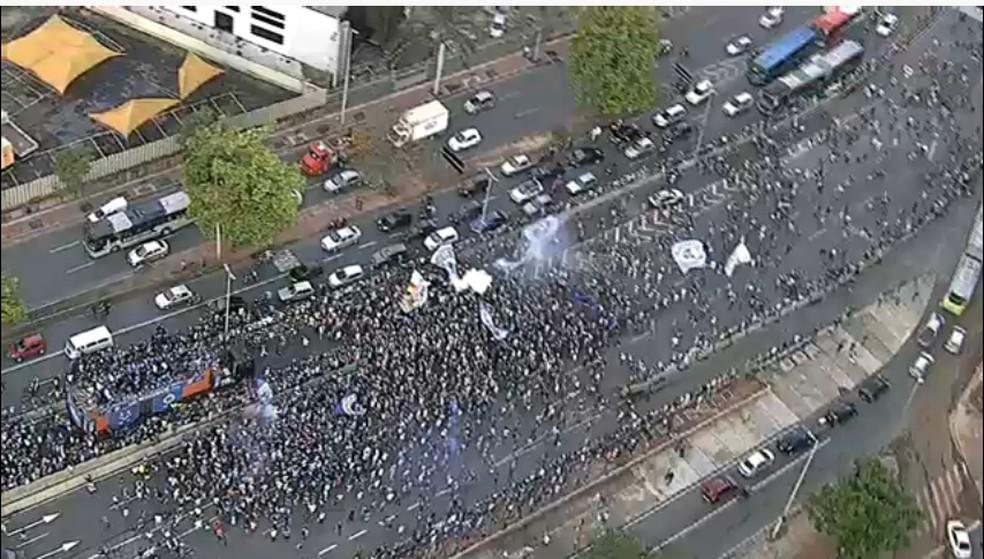 Trio elétrico do Cruzeiro foi cercado por torcedores — Foto: Reprodução/TV Globo Minas
