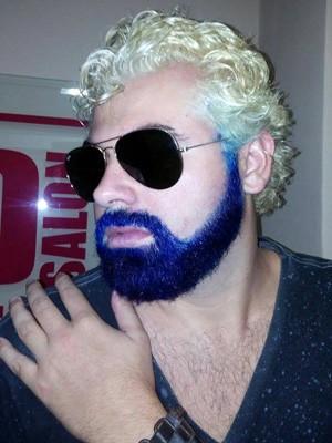 Cliente do Red Salon Homem pintou a barba de azul e descoloriu os cabelos (Foto: Divulgação/ Red Salon Homem)