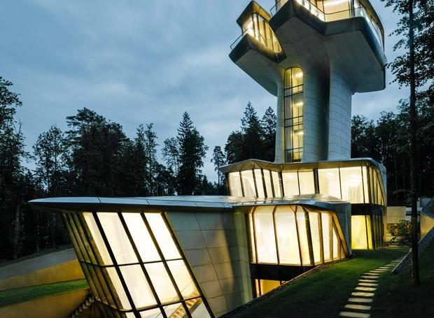 Com três andares, a mansão nasce em um terreno abaixo do nível do solo (Foto: OKO Group)