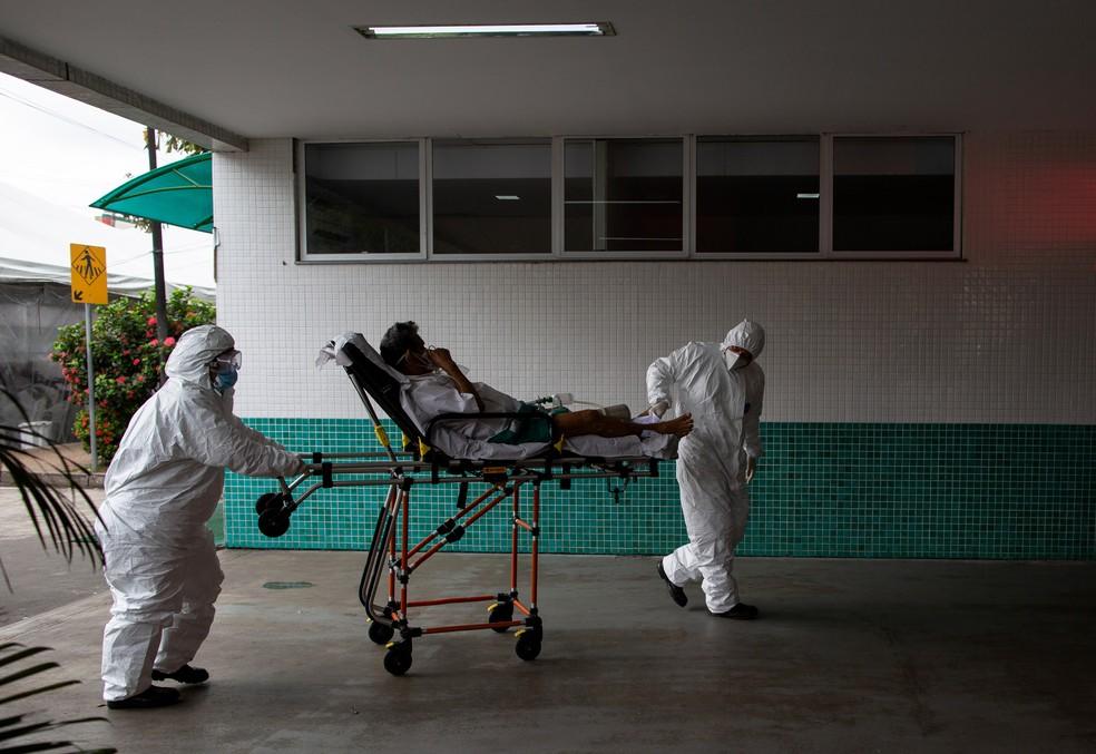 Paciente chega ao Hospital 28 de Agosto, em Manaus, em meio a novo surto de Covid-19, na quinta-feira (14). — Foto: Michael Dantas/AFP