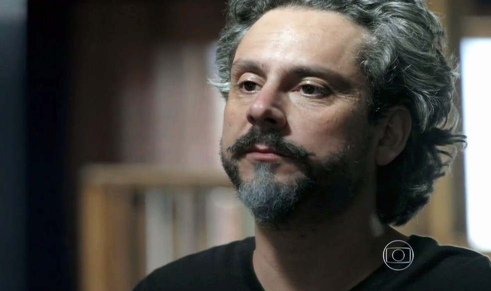 José Alfredo (Alexandre Nero) se olha no espelho e diz para si mesmo que mudanças estão a caminho - 'Império' — Foto: Globo