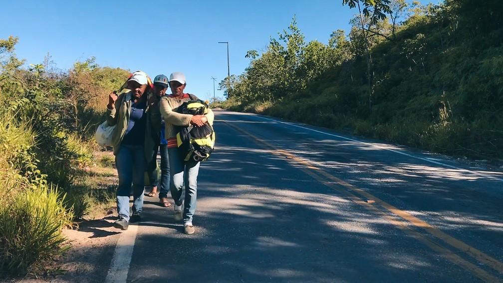 As irmãs Cora Freites, de 58 anos, Carmen Freites, 51, e Elia Tarazona, 43, caminham rumo a Boa Vista na BR-174 (Foto: Inaê Brandão/G1 RR)