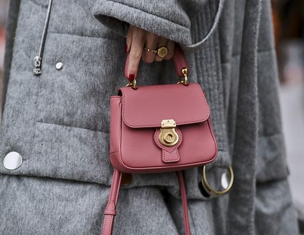 Bolsas rosa são uma sensação no street style (Foto: Imaxtree)