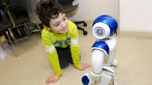 Robô MEDi ajuda as crianças a relaxarem e a entenderem os procedimentos médicos pelos quais estão passando (Foto: Robert Teturuck via BBC News Brasil)