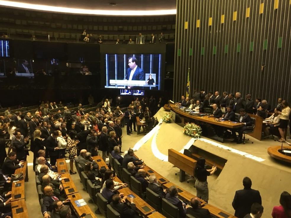 Deputados do PSOL estenderam em plenário folha com assinaturas contra a proposta de reforma da Previdência (Foto: Fernanda Vivas/TV Globo)