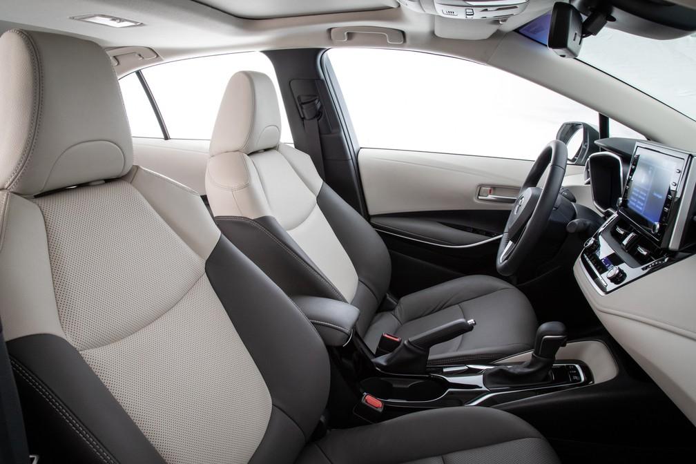 Acabamento em dois tons é exclusividade das versões Altis no Corolla — Foto: Divulgação/Toyota