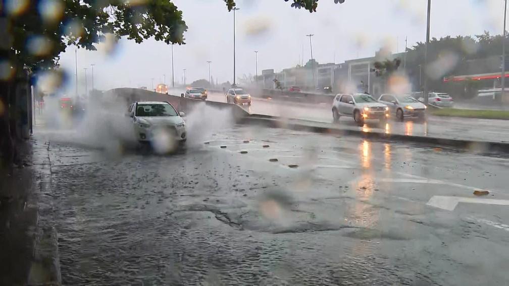 Rio tem bolsões d'água e pontos com acúmulo de água no começo da manhã desta terça-feira (22) — Foto: Reprodução/ TV Globo