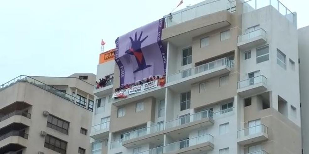 Manifestantes garantem que não há previsão de saída do triplex (Foto: G1 Santos)