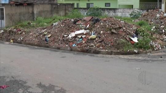 Moradores de Itaquaquecetuba não aguentam mais lixo em terreno
