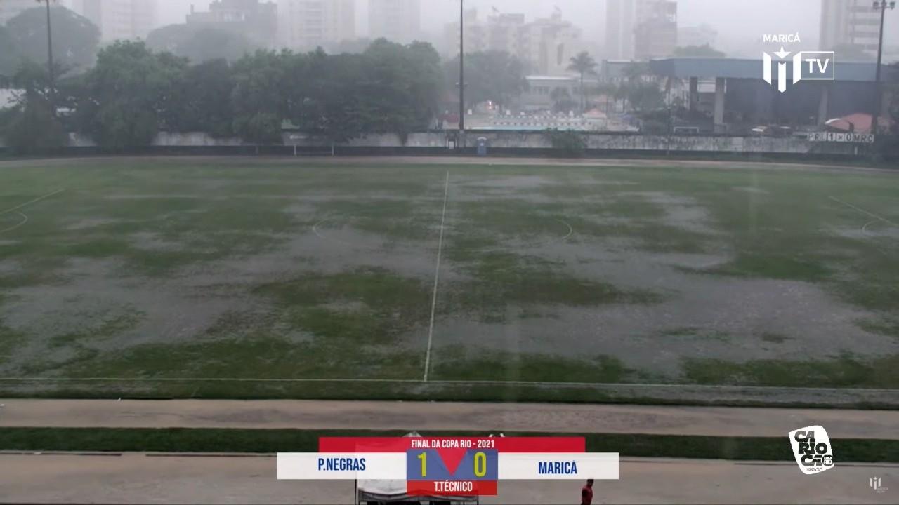 Chuva intensa em Resende alaga ruas e paralisa jogo de futebol