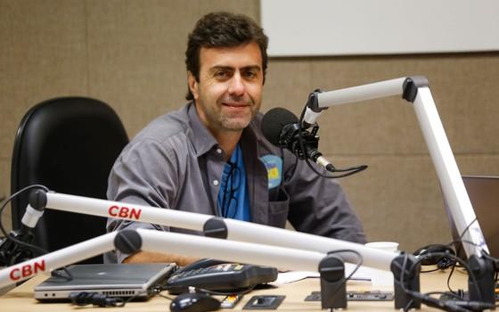 O candidato à prefeitura do Rio de Janeiro pelo PSOL Marcelo Freixo concede entrevista à rádio CBN na manhã desta segunda-feira, 12 (Foto: Gustavo Serebrenick/ Brazil Photo Press/ Ag O Globo)