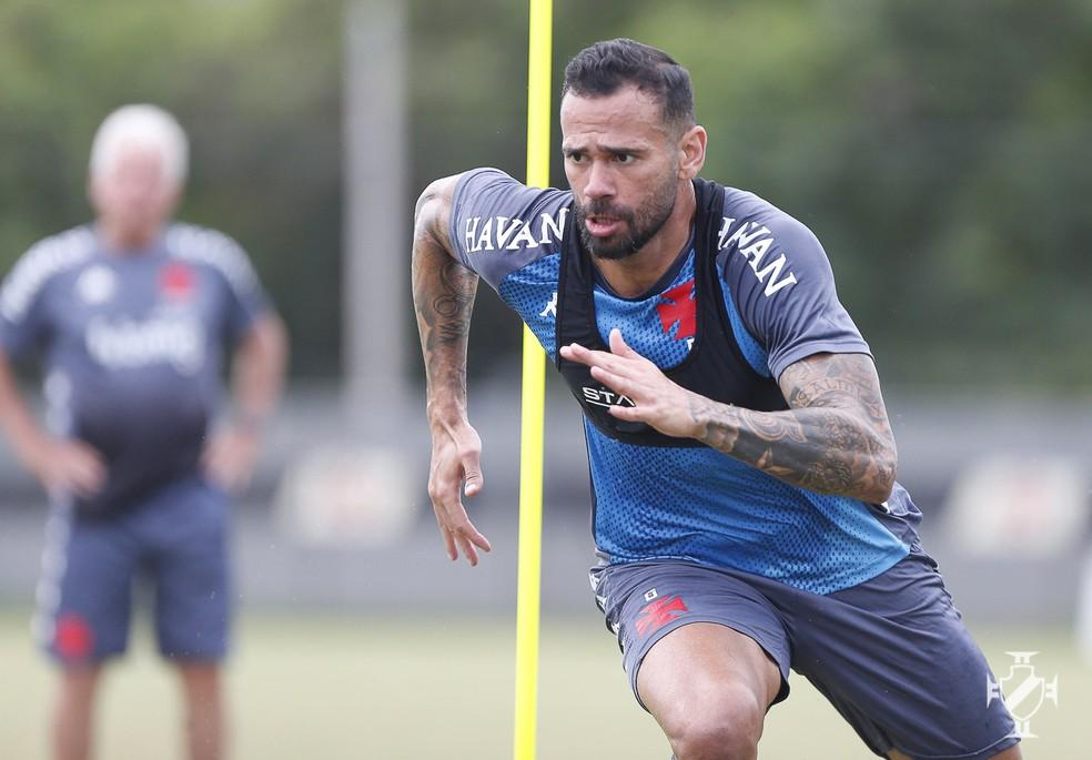 Leandro Castan corre em treino do Vasco sob os olhares de Antônio Mello — Foto: Rafael Ribeiro/Vasco da Gama