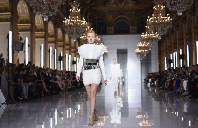 PARIS, FRANCE - SEPTEMBER 28:  A model walks the runway during the Balmain show as part of the Paris Fashion Week Womenswear Spring/Summer 2019 on September 28, 2018 in Paris, France.  (Photo by Pascal Le Segretain/Getty Images) (Foto: Getty Images)