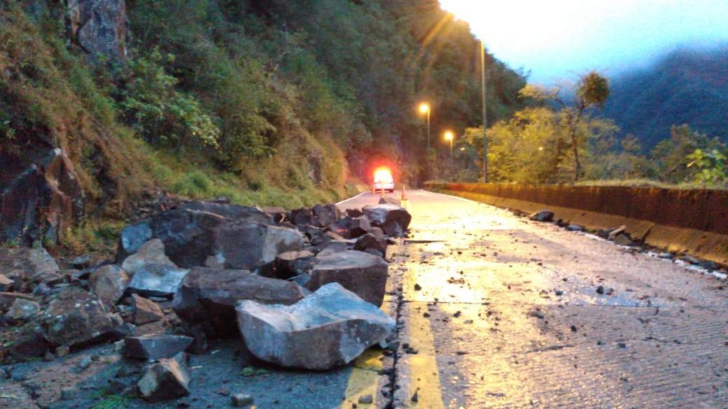 Desmoronamento de pedras na Serra do Rio do Rastro deixa SC-390 parcialmente interditada - Notícias - Plantão Diário