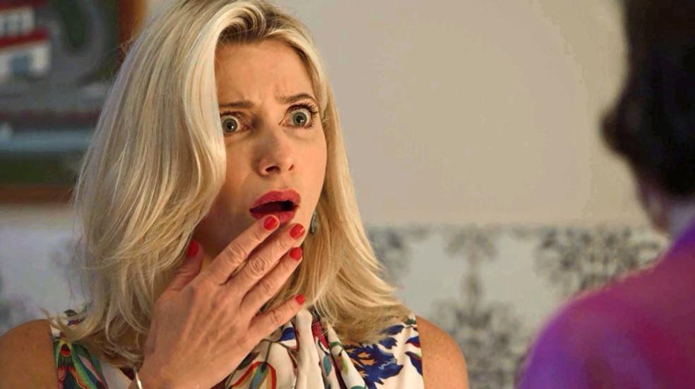 Marilda fica sem jeito ao ser flagrada pela irmã — Foto: TV Globo