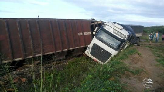 Acidente entre trem e carreta interdita BR-242, na Bahia