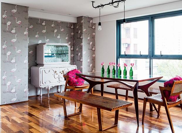 Este duplex de 263 m² é um lugar de memórias, cheio de lembranças afetivas. Na sala de jantar, o papel de parede superdivertido, com estampa de aves, foi trazido de Londres. O lustre é criação própria da moradora (Foto: Lufe Gomes/Casa e Jardim)