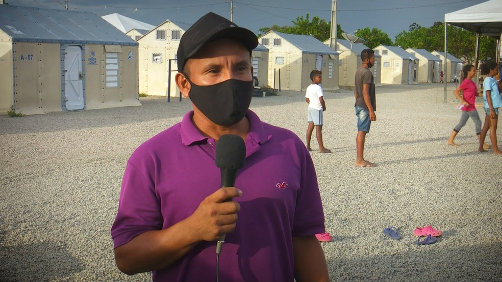 Manuel Candenas, treinador da escolinha de futebol do abrigo Rondon 1, em Roraima — Foto: Reprodução/Raimesson Martins/Rede Amazônica Roraima