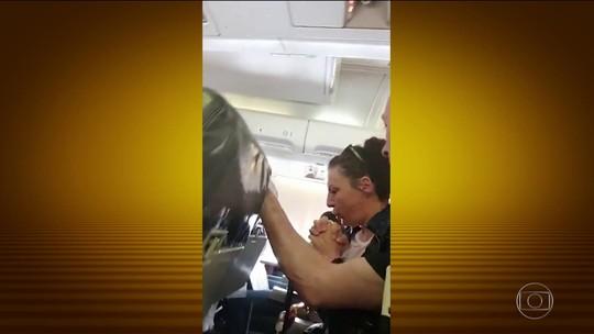 Forte turbulência arremessa comissária contra teto de avião; veja vídeo