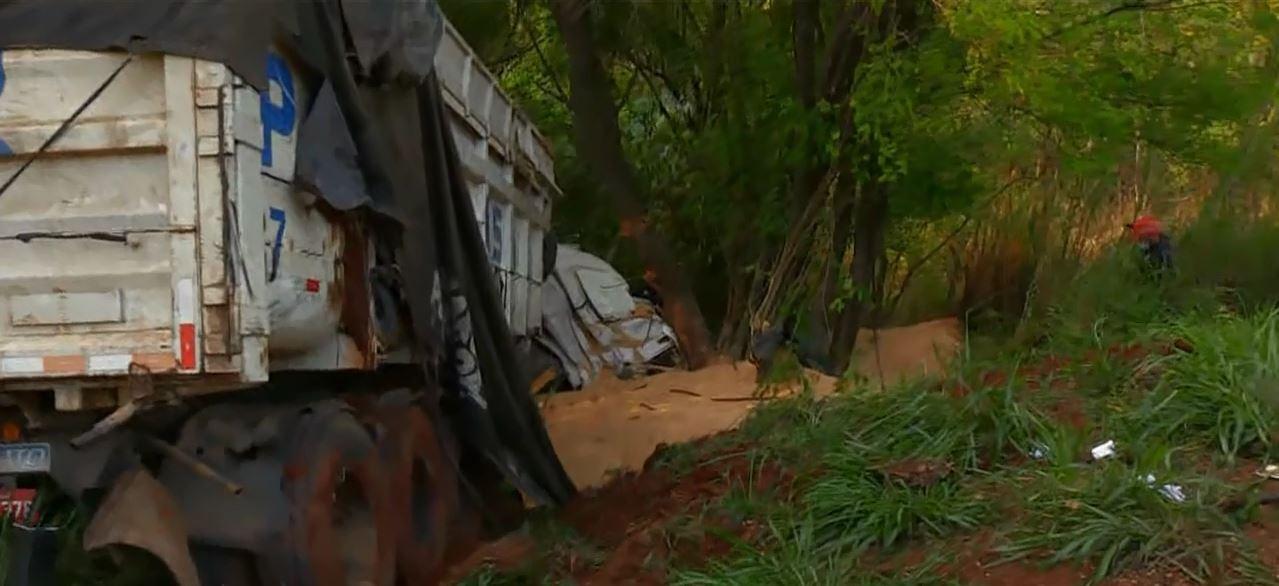 Caminhão desgovernado atinge veículos, deixa três mortos e pelo menos quatro feridos na PR-986, diz PRE