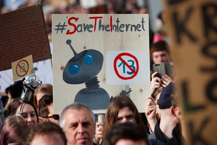 Manifestantes participam de ato nesta terça-feira (26), em Berlim, contra a medida que altera o direito autoral na Europa  — Foto: Hannibal Hanschke/Reuters