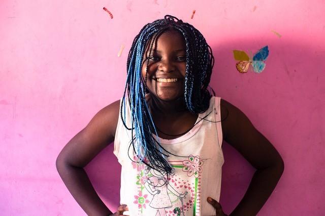 Rosa nasceu em Angola e sua família saiu em 2013 da capital, Luanda, terra de quase 30 anos de guerra civil. A primeira noite no Brasil foi no Rio de Janeiro, mas hoje mora na cidade de São Paulo, onde vai à escola e a aulas de balé. As lembranças de brincadeiras na terra natal ainda são muito fortes (Foto: Divulgação)