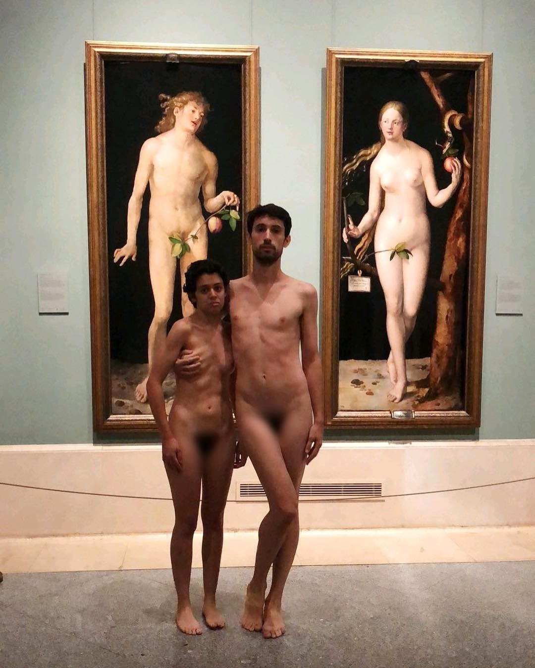 Casal fica nu em museu em frente a obra de arte na Espanha (Foto: Reprodução/Instagram)