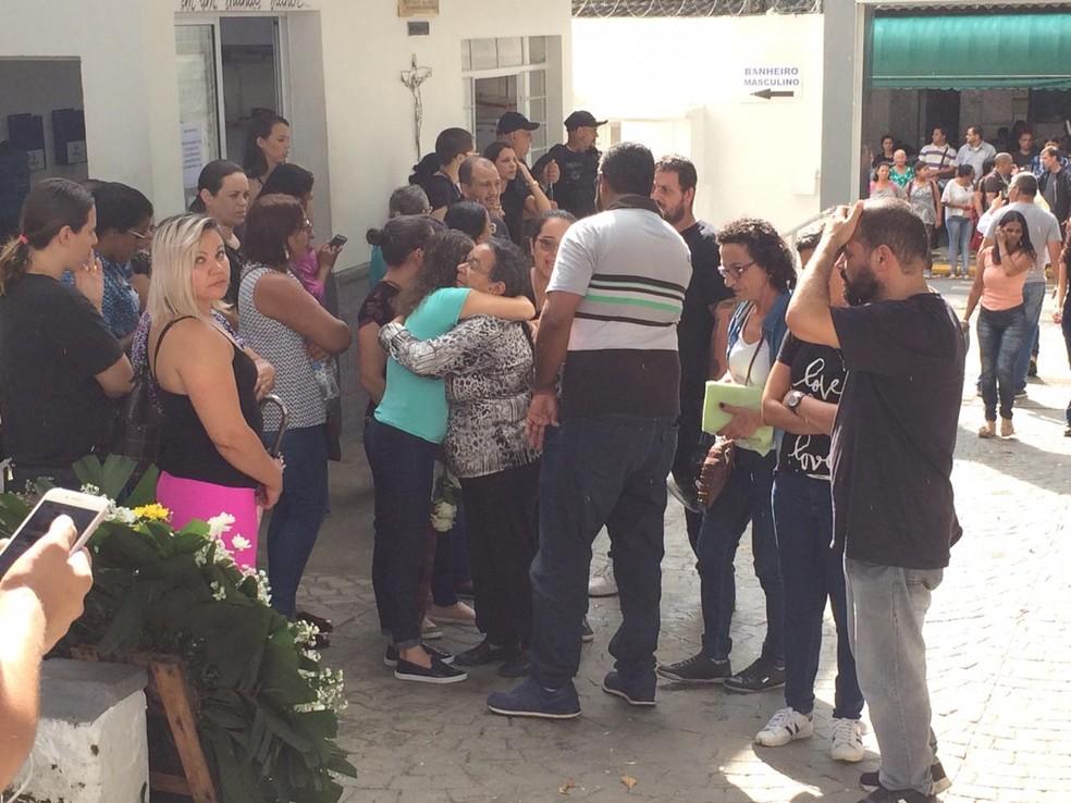 Familiares chegam ao cemitério São Sebastião — Foto: Glauco Araújo/G1