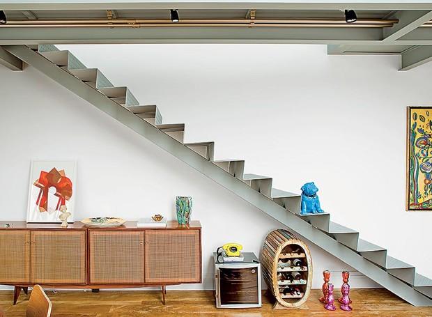 Debaixo da escada, há espaço para dois tipos de adega: a elétrica e a de madeira, unindo no mesmo espaço presente e passado. Projeto do arquiteto Paulo Mencarini (Foto: Edu Castello/Casa e Jardim)