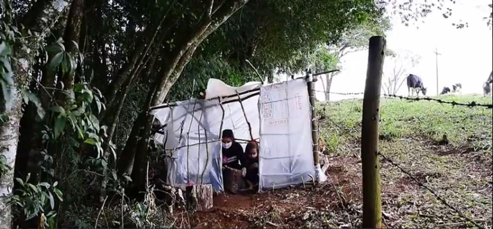 Vizinhos emprestam internet para Isabel poder estudar todas as tardes em Roncador — Foto: Reprodução/RPC