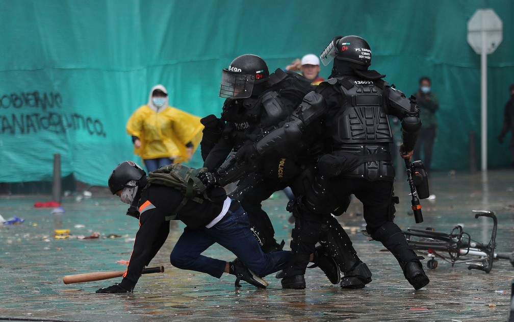 Policiais detêm manifestante durante confronto em Bogotá, na Colômbia, na quarta-feira (5) — Foto: AP Photo/Fernando Vergara